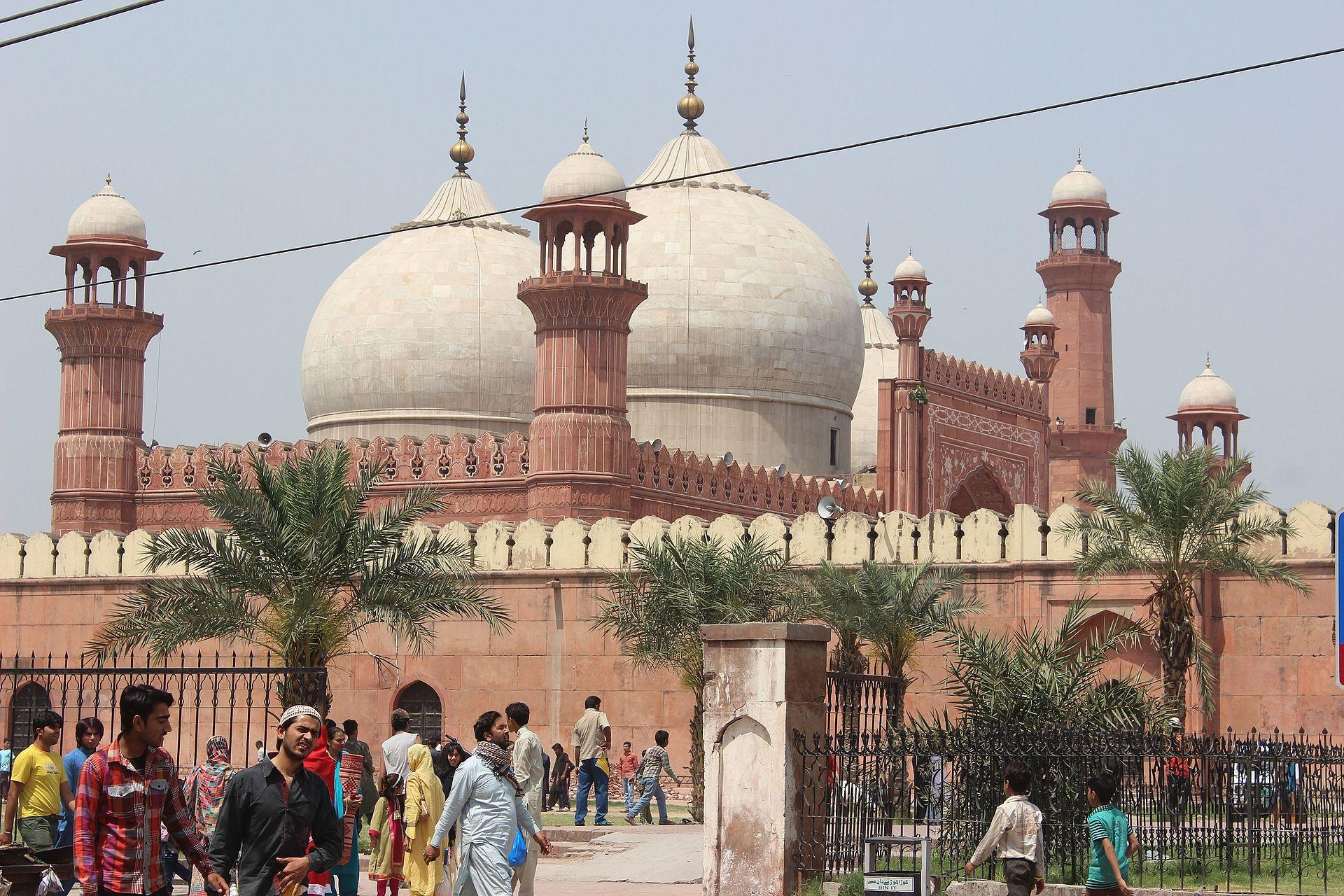 _1920px-Baadshahi_Mosque_2041734032976683035.jpg