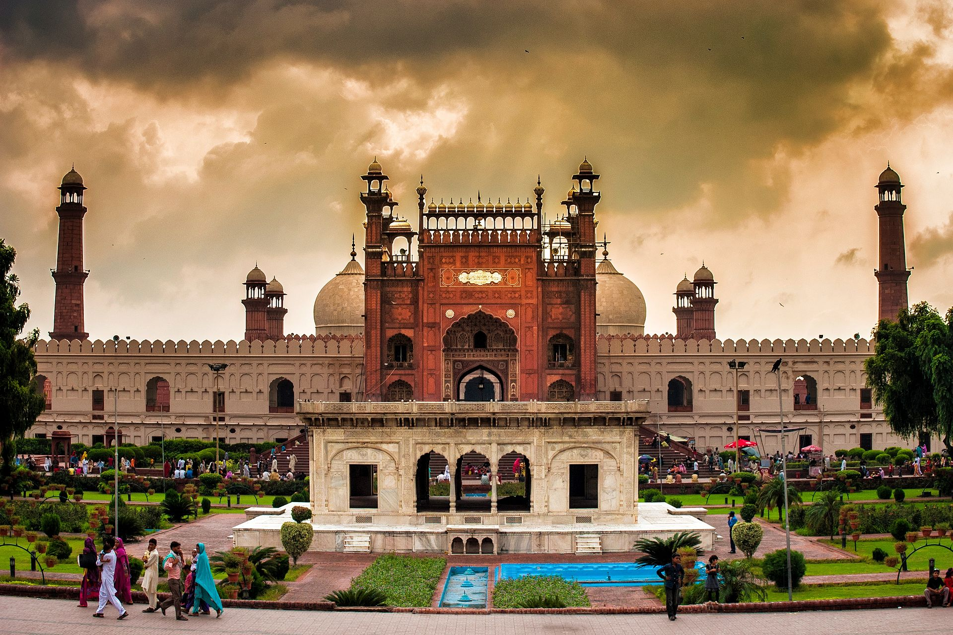 _1920px-Front_gate_of_badshahi_mosque_1298878111282547208.jpg