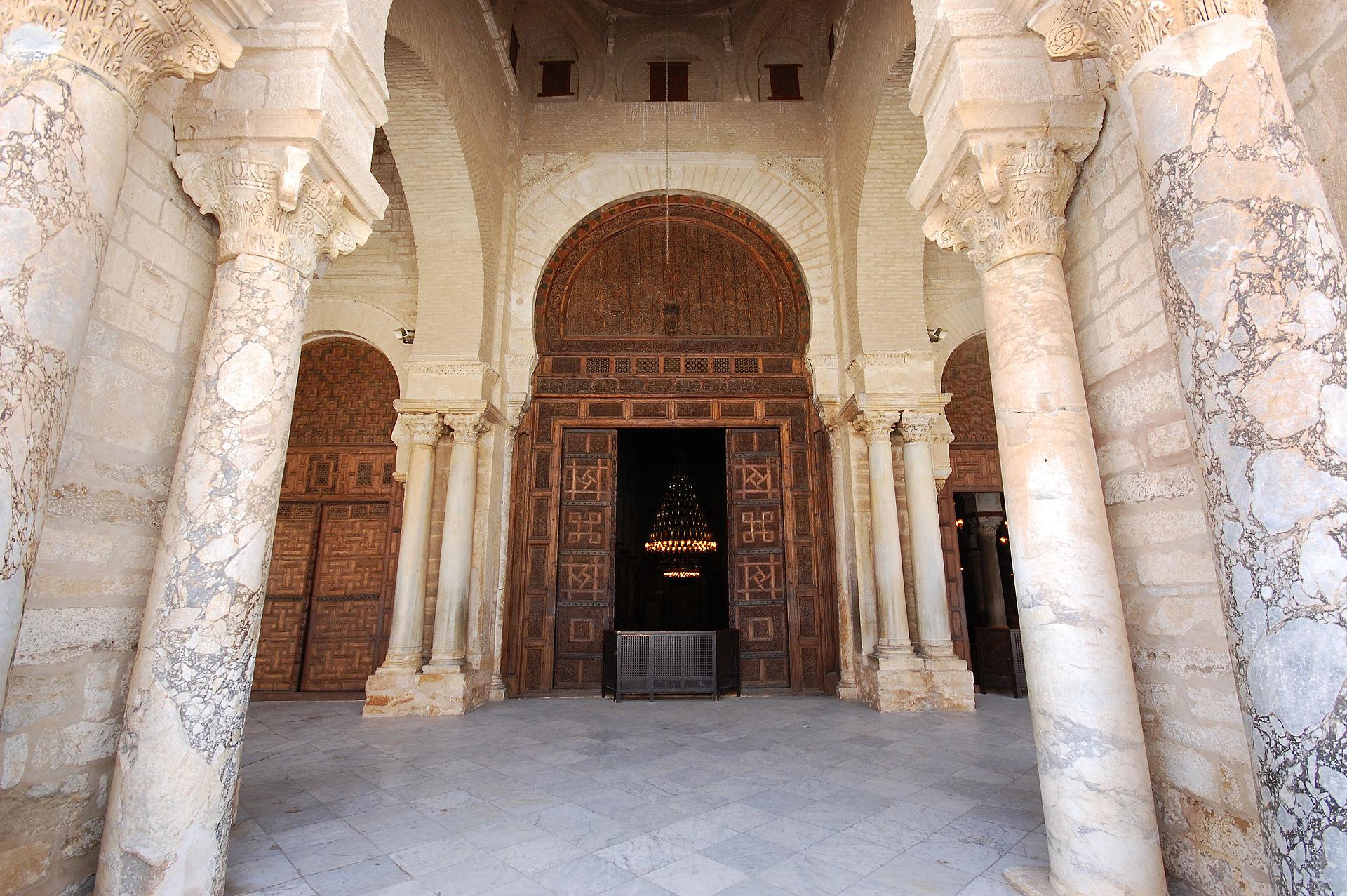 _1920px-Main_door_of_the_prayer_hall_of_the_Great_Mosque_of_Kairouan_6631204917946467788.jpg