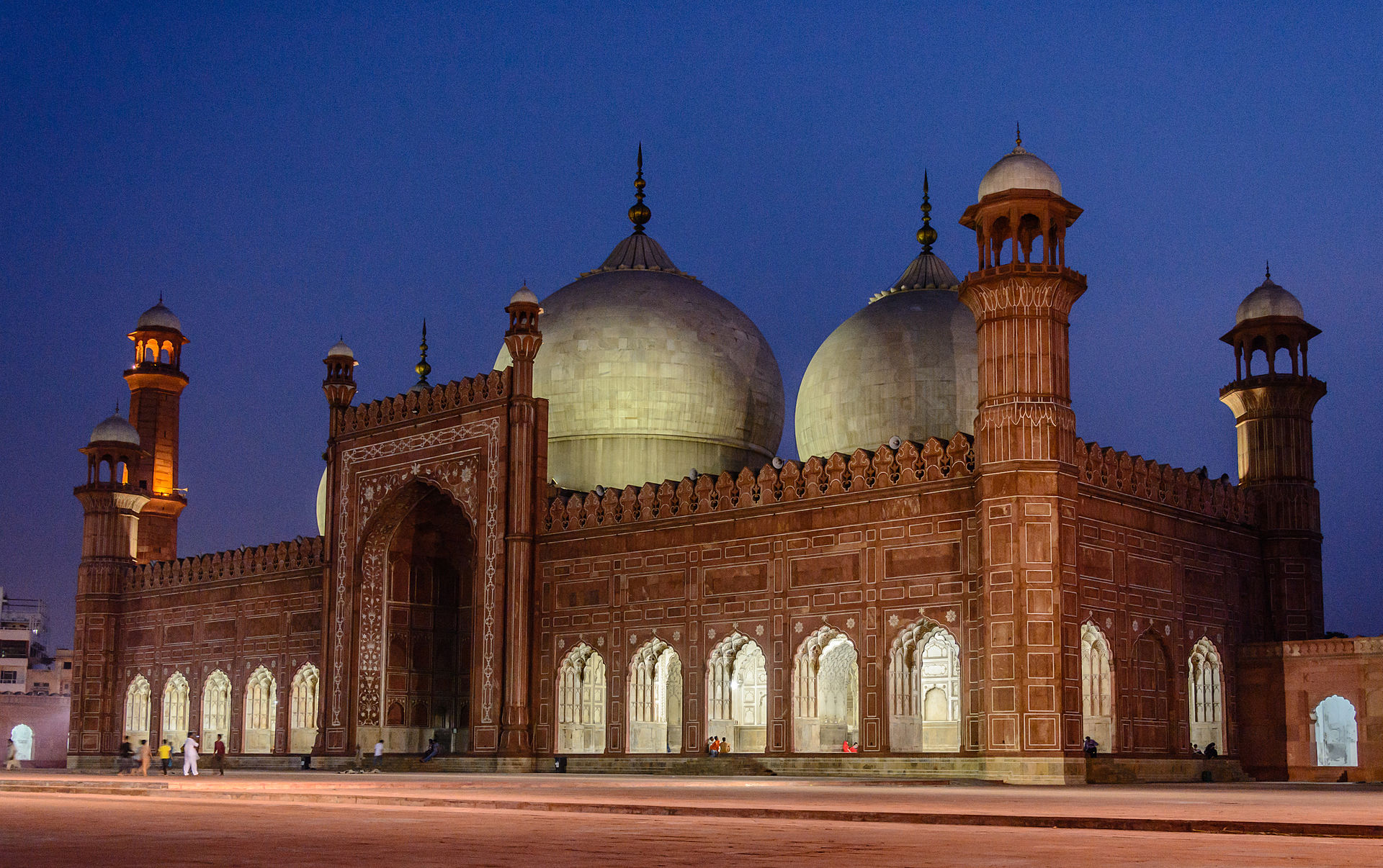 _1920px-Night_View_of_Badshahi_Mosque__28King_E2_80_99s_Mosque_29_8462166754427127346.jpg
