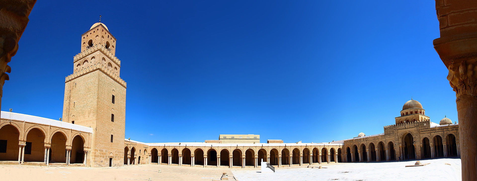 _1920px-Panorama_of_the_courtyard_of_the_Great_Mosque_of_Kairouan_4207526141183035772.jpg
