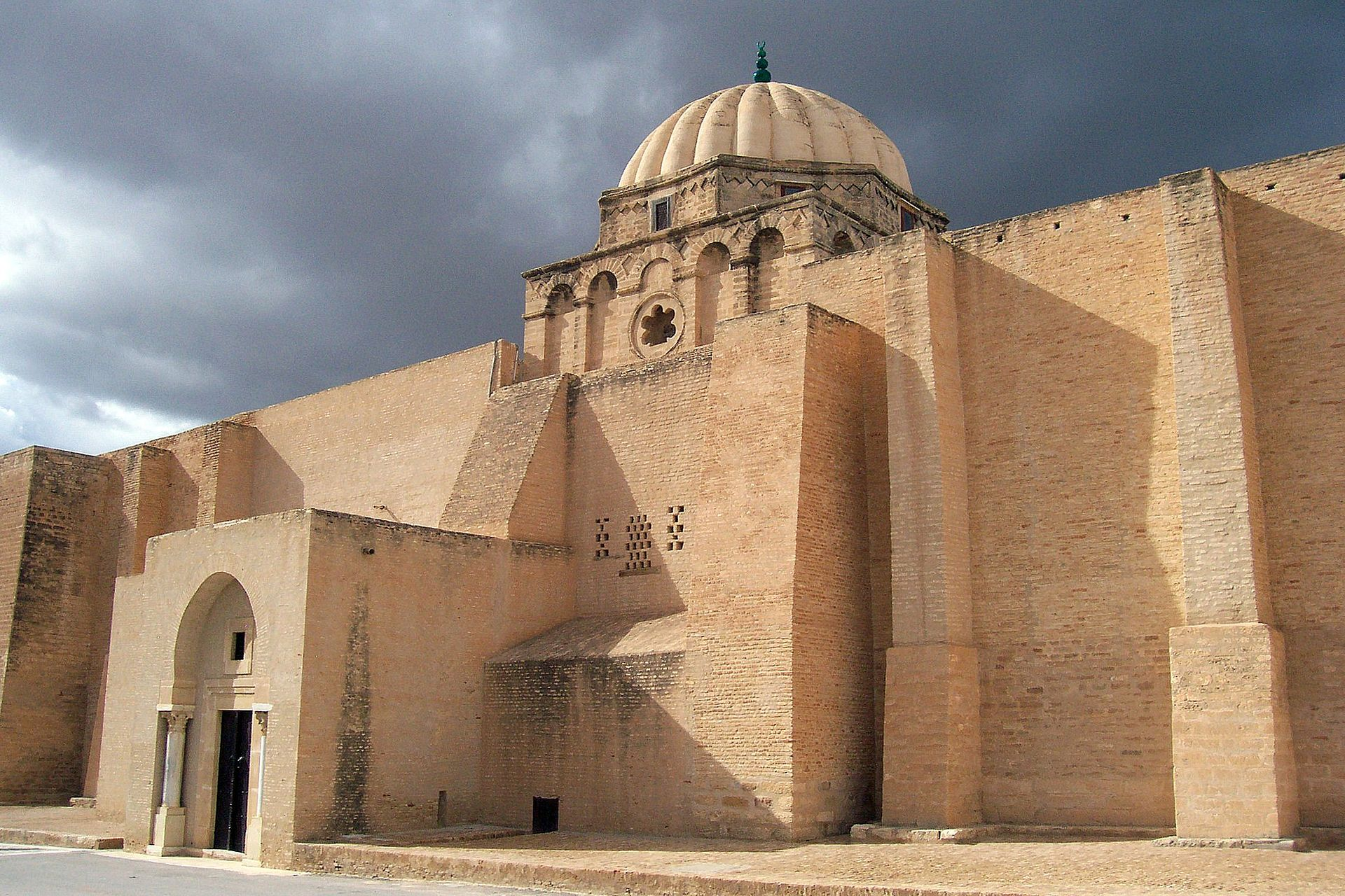 _1920px-Part_of_the_southern_facade_of_the_Great_Mosque_of_Kairouan_671581068818777426.jpg